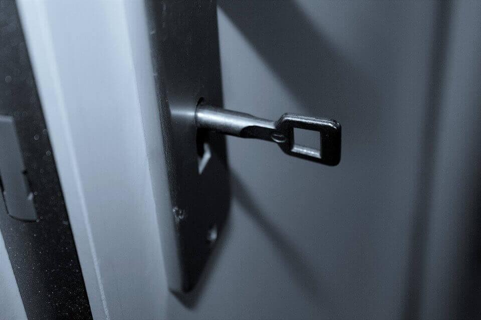 Ключалка на бяла блиндирана врата
