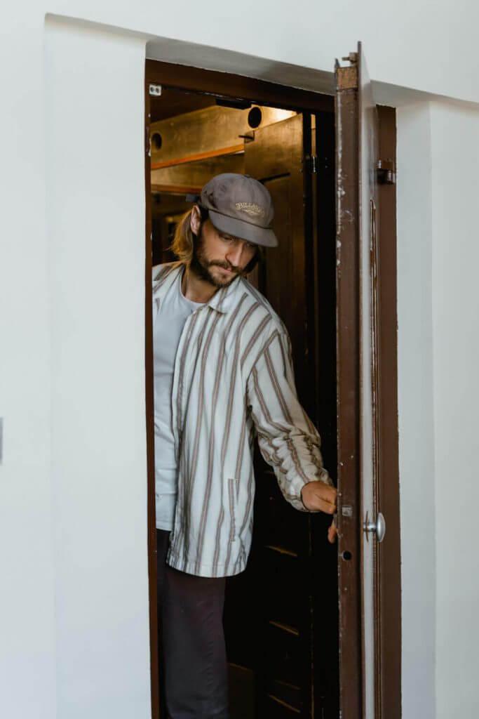 Мъж затваря врата
