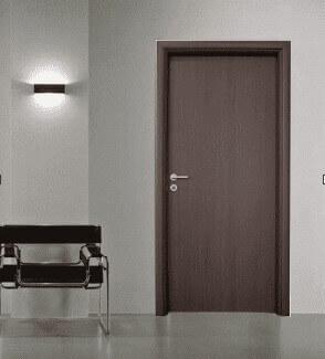 Стол, кафява врата, лампа